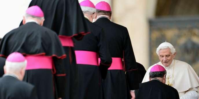 Le pape Benoît XVI salue des évêques, place Saint-Pierre, au Vatican, le 18 avril.