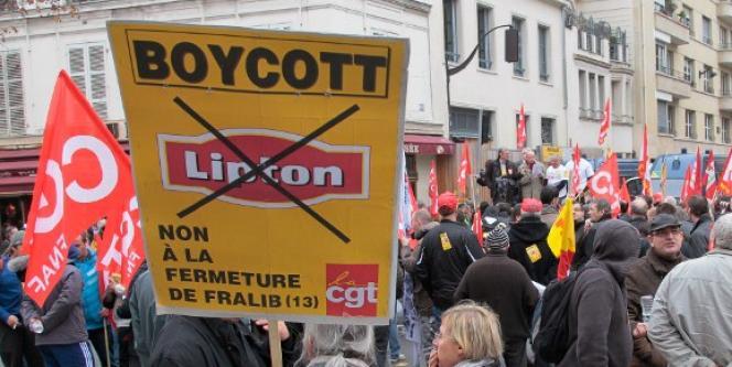 Des salariés de Fralib, à Gémenos , manifestaient à Paris, à l'occasion du comité de groupe la maison mère Unilever France, le 24 novembre 2011.
