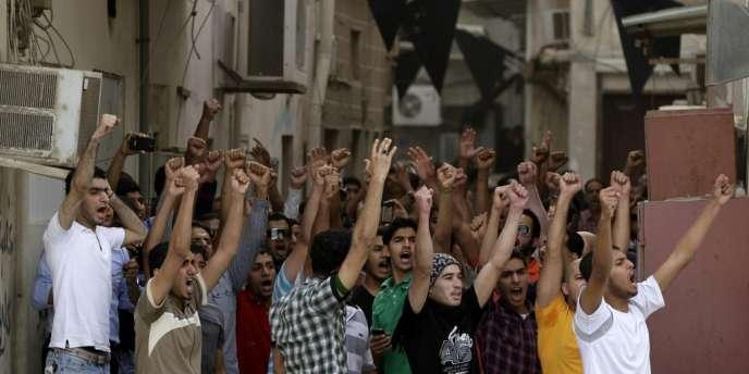 Des manifestants anti-gouvernement, le 19 avril à Manama.