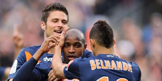 Camara entouré de Giroud et Belhanda après son but contre Valenciennes, le 21 avril.