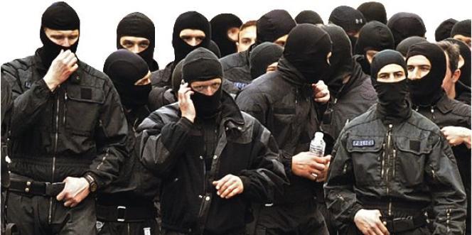 Les policiers du RAID quittent les lieux de l'opération après l'assaut contre l'appartement de Mohamed Merah, le 22 mars à Toulouse.