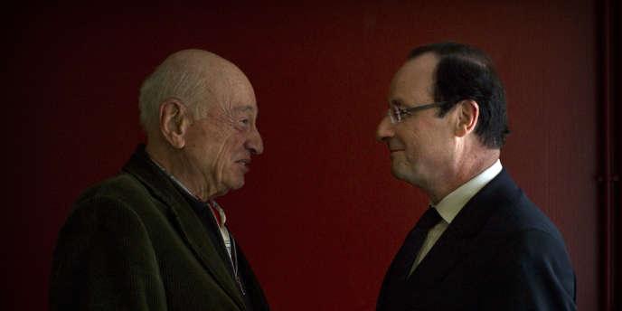 Le philosophe Edgar Morin et le candidat François Hollande, le 10 mars à Paris au siège de campagne socialiste. Dans une tribune publiée dans