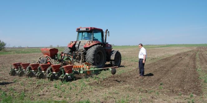 Maxime Laurent, un agriculteur français, sur ses terres achetées en Roumanie.
