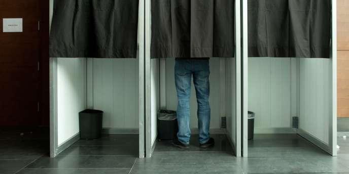 A Pékin, un Français va voter dans l'isoloir, le 22 avril 2012.
