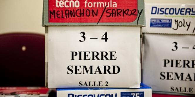 Les bulletins de vote ont été répartis dans les trois salles qui accueilleront les électeurs à Saint-Pierre-des-Corps, ce dimanche.