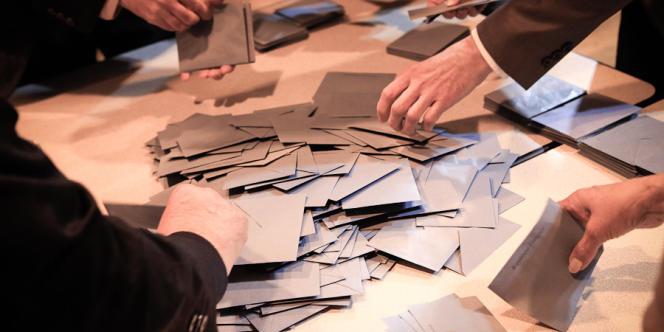 Dépouillement dans le bureau de vote Marie-Laurent à Tulle, en Corrèze.