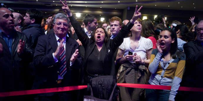 Des militants UMP se réjouissent de l'annonce des résultats du premier tour, dans la salle de la Mutualité à Paris.