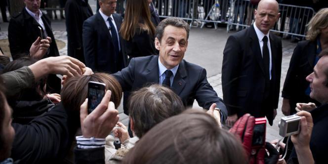Nicolas Sarkozy arrive accompagné de Carla Bruni-Sarkozy au bureau de vote.