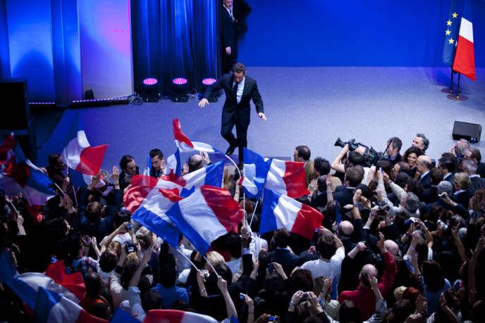 Nicolas Sarkozy manque de tomber à la fin de son discours, en quittant la scène de la Mutualité à Paris.