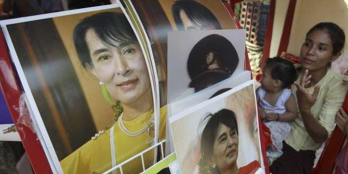 Une Birmane vend des photos souvenirs d'Aung San Suu Kyi, près du siège de la Ligue nationale pour la démocratie (LND), lundi 23 avril.