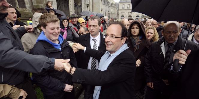 François Hollande fait campagne dans les rues de Quimper, lundi 23 avril.
