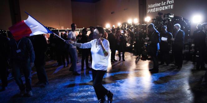 Les militants du FN dansent pour leur candidate.