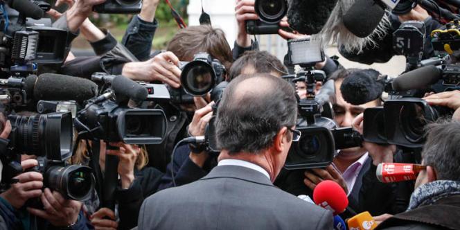 François Hollande, candidat du Parti socialiste à la présidentielle, sort de la visite du bureau de vote de la mairie de Tulle, dimanche 22 avril.