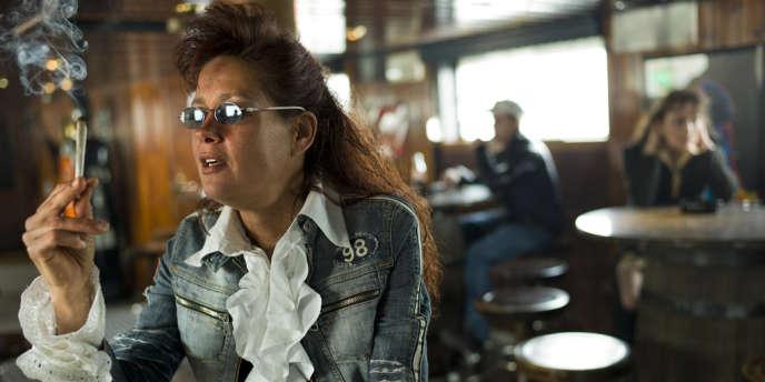 Une cliente solitaire vient se relaxer après le travail au Mississippi coffeeshop.   foto Chris Keulen