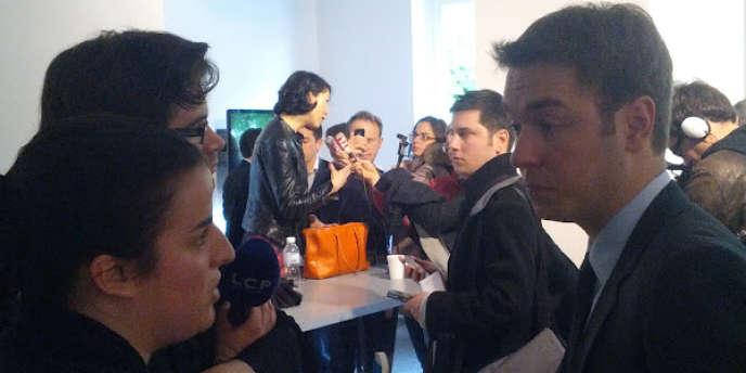 Nicolas Princen (à droite) et Fleur Pellerin (au fond) répondent aux questions des journalistes après leur débat.