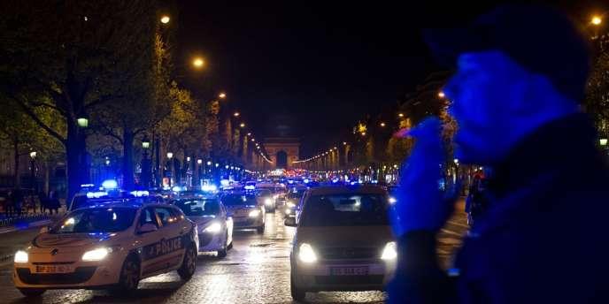 Des policiers manifestent sur les Champs-Elysées après s'être vu refuser l'accès au ministère de l'Intérieur, le 25 avril 2012 à Paris, pour protester contre la mise en examen pour