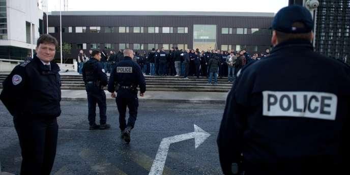 Plusieurs centaines de policiers ont manifesté à Bobigny pour exprimer leur colère.