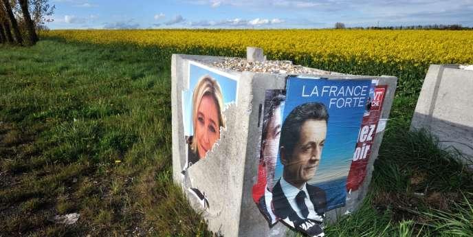 Des affiches de campagne de Marine Le Pen et de Nicolas Sarkozy dans un champ du Nord de la France