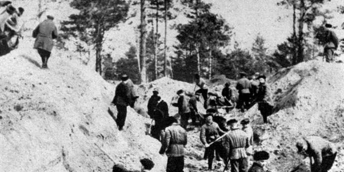 Photo prise le 1er avril 1943 des fosses communes de Katyn, où furent enterrés des milliers de polonais tués par la police politique russe (NKVD).