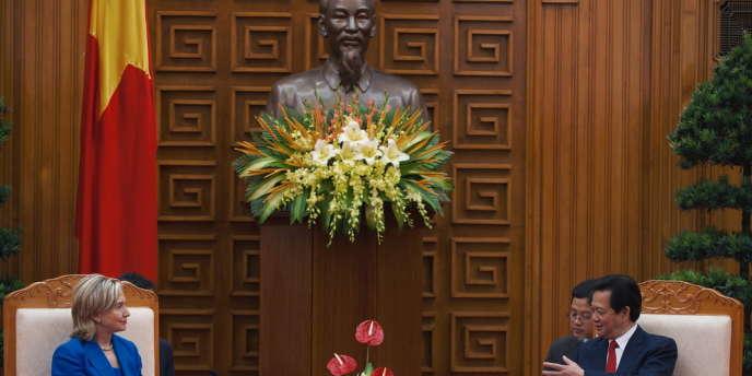 Rencontre entre la secrétaire d'Etat américaine Hillary Clinton et le premier ministre vietnamien Nguyen Tan Dung à Hanoï, le 22 juillet 2010. En arrière-plan, un buste de Hô Chi Minh (1890-1969), ancien président de la République démocratique du Vietnam, proclamée en 1945.