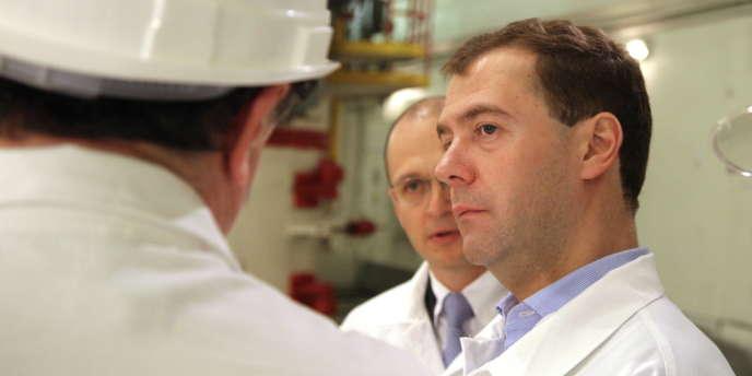 Dmitri Medvedev et Sergei Kirienko, président de Rosatom, dans la centrale nucléaire de Leningrad.