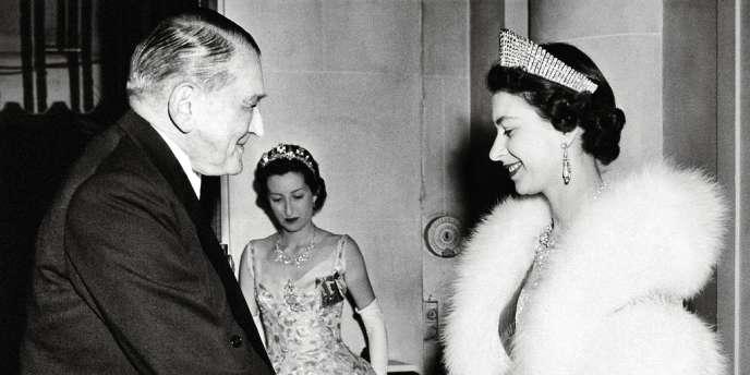 Elizabeth II avec le président René Coty en avril 1957, lors  de sa première visite d'Etat en France.