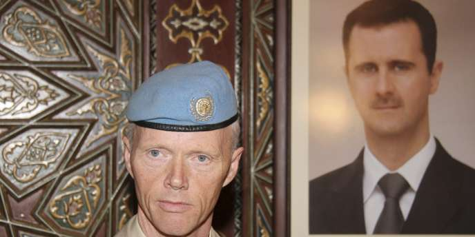 Le général Robert Mood à Damas devant un portrait de Bachar AL-Assad, dimanche 29 avril.