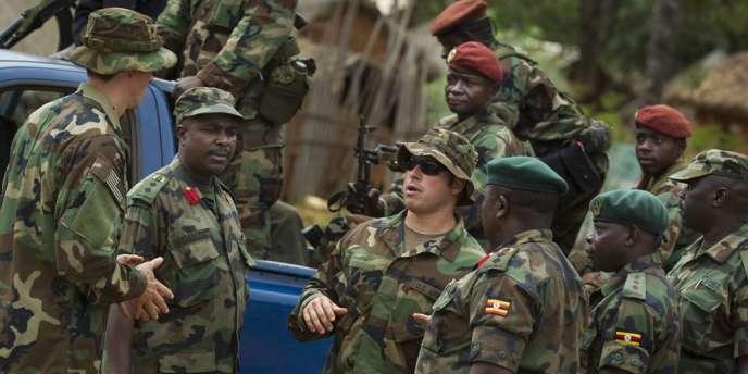 Des membres des forces spéciales américaines accompagnent des militaires ougandais et centrafricains chargés de la poursuite de la LRA, en avril 2012.