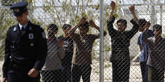 Des migrants au centre de détention d'Amygdaleza, le 30 avril 2012.