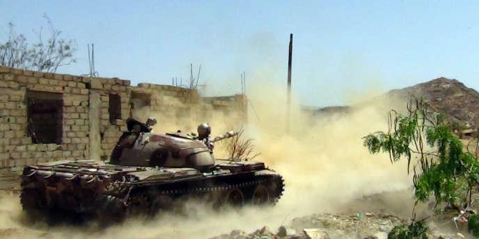 Un char de l'armée yéménite parcourt la ville de Loder à la recherche de militants d'Al-Qaida, en avril 2012.