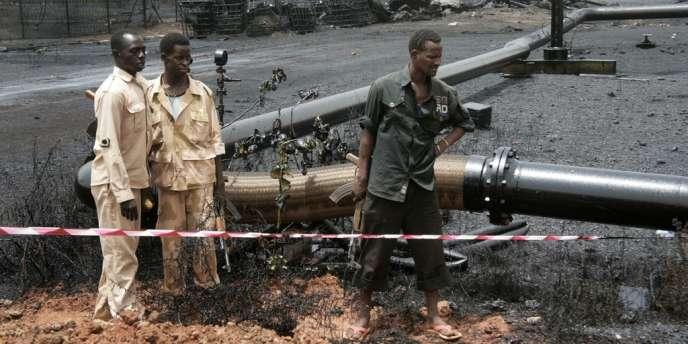 Des soldats soudanais surveillent un oléoduc, le 24 avril près de la ville disputée de Heglig, au Soudan.