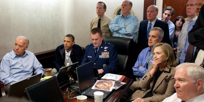 Barack Obama et son équipe, avec Robert Gates, à droite, côté d'Hillary Clinton, assistent au raid contre Oussama Ben Laden, le 1er mai 2011.