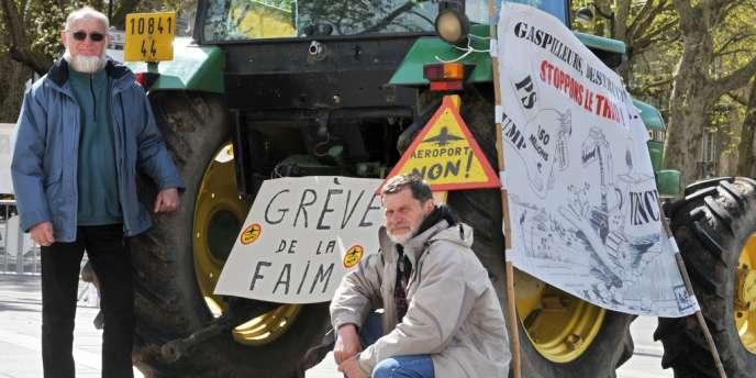 Deux agriculteurs, Michel Tarin (à gauche) et Marcel Thébault (à droite) posent devant un tracteur en face de la préfecture, le 12 avril 2012 à Nantes, alors qu'ils ont entamé une grève de la faim pour protester contre le  futur aéroport nantais de Notre-Dame-des-Landes.