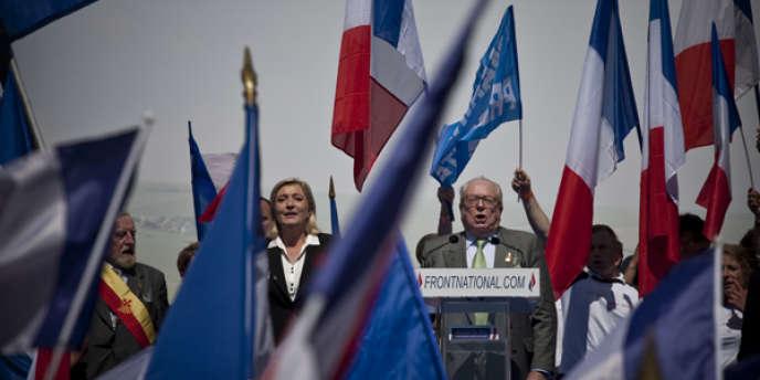Marine Le Pen et son père Jean-Marie, lors du rassemblement du FN le 1er mai à Paris.