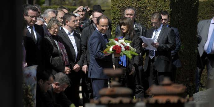François Hollande devant la tombe de Pierre Bérégovoy, le 1er mai 2012, à Nevers.