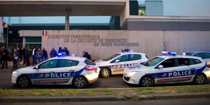 Des policiers se dispersent après une manifestation, le 25 avril 2012 à Bobigny, pour protester contre la mise en examen pour