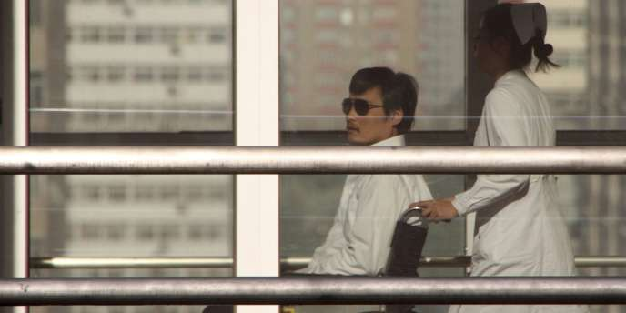 Le militant chinois Chen Guangdcheng a été vu à l'hôpital Chaoyang, à Pékin, en chaise roulante, le 2 mai.