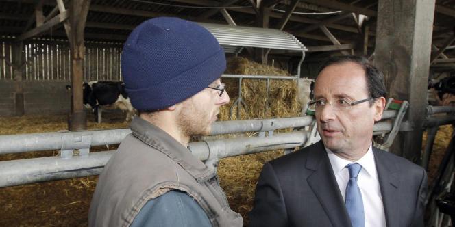François Hollande en compagnie d'un agriculteur à Parne-sur-Roc