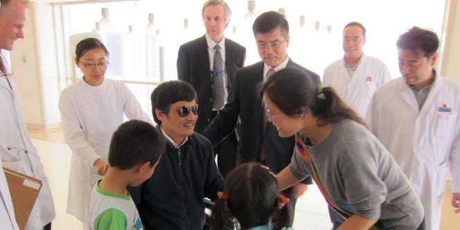 Chen Guangcheng avec sa femme, Yuan Weijing, ses enfants et Gary Locke, l'ambassadeur des Etats-Unis, le 2 mai, à Pékin.