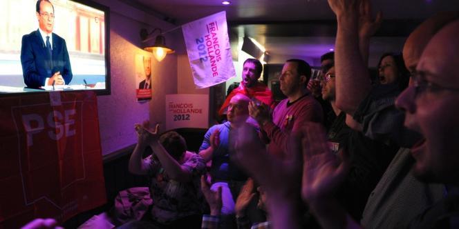 Des militants socialistes regardent le débat mercredi 2 mai.