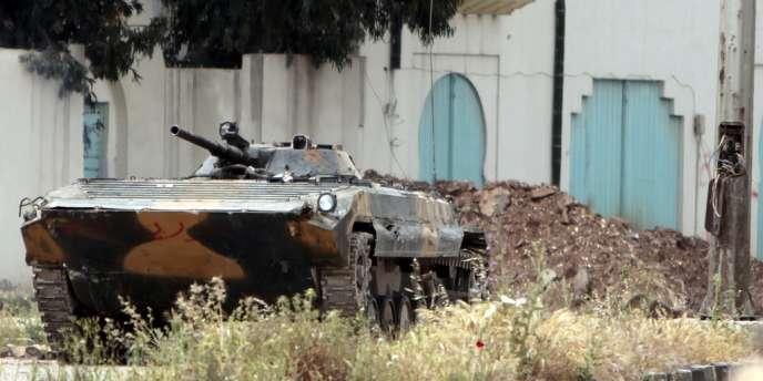 Un blindé de l'armée syrienne en patrouille dans les rues d'Homs, le 2 mai.