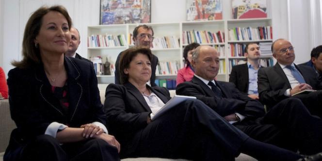 Ségolène Royal, Martine Aubry et Laurent Fabius regardent le débat télévisé mercredi 2 mai au siège du PS, rue de Solférino, à Paris.