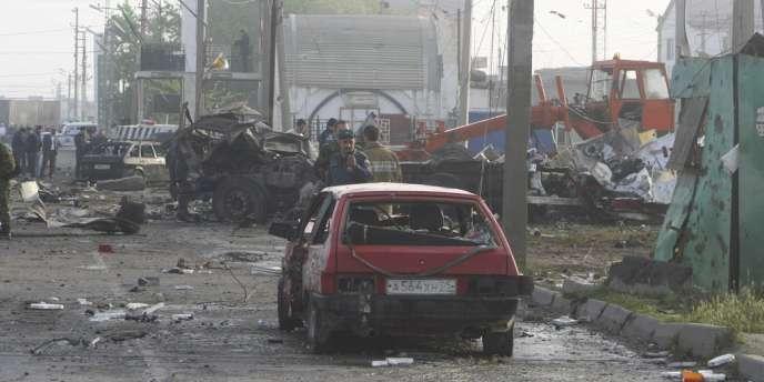 Des secouristes sur les lieux de l'attentat, à Makhatchkala.