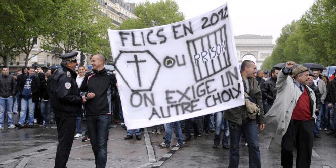 Des policiers manifestent le 4 mai à Paris.