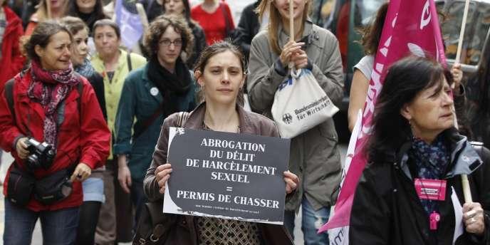 Des victimes dénoncent l'abrogation de la loi sur le harcèlement sexuel en manifestant le 5 mai à Paris.