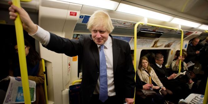 Boris Johnson dans le métro londonien, après avoir voté aux municipales, jeudi 3 mai.