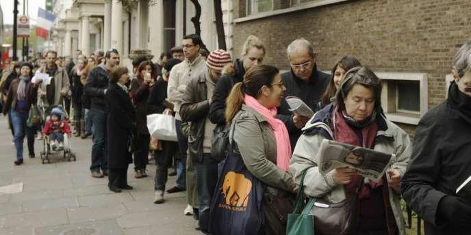 Les Français expatriés à Londres font la queue pour voter au lycée français Charles-de-Gaulle, le 6 mai.
