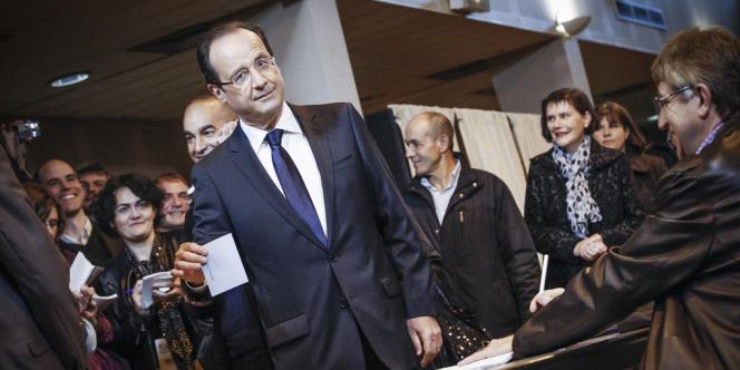 François Hollande dans son bureau de vote à Tulle.
