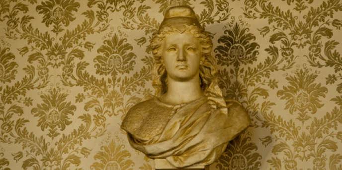 Bustes de Marianne photographiés dans les bureaux de vote de l'Yonne.