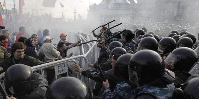 Un long cordon de policiers a refoulé les manifestants sur une place faisant face au Kremlin, sur la rive opposée de la Moskova.